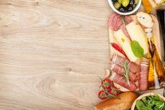 乳酪、熏火腿、面包、菜和香料 库存图片