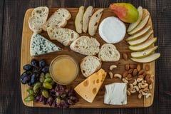 乳酪、熏火腿和梨 库存照片