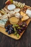 乳酪、熏火腿和梨 免版税库存图片
