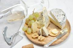 乳酪、葡萄和酒 库存照片