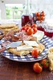 乳酪、蒜味咸腊肠和平的面包 免版税库存图片