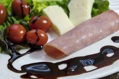 乳酪、蕃茄和火腿健康开胃菜  图库摄影