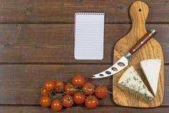乳酪、蕃茄和纸笔记本 库存图片