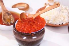 乳酪、蜂蜜、开胃薄煎饼和鲜美红色鱼子酱对薄煎饼星期庆祝 免版税库存图片
