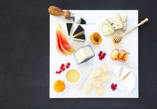 乳酪、蜂蜜和果子 板材开胃小菜快餐 免版税图库摄影