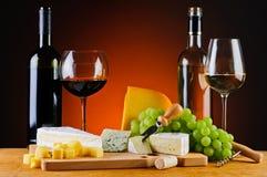乳酪、酒和葡萄 免版税库存照片