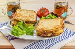 乳酪三明治和发球区域两个人的 免版税图库摄影