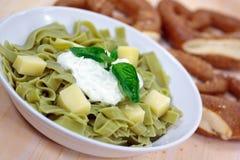乳酪凝乳绿色意大利面制色拉酸奶 免版税图库摄影
