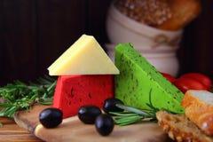 乳酪分类用橄榄 免版税库存图片