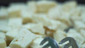 乳酪切开了成在一个碗的切片在慢动作的一顿自助餐 股票录像