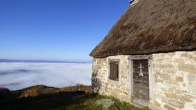 乳酪制造商小屋在云彩上的在col des supeyres,奥韦涅,法国 库存图片