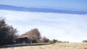 乳酪制造商小屋在云彩上的在col des supeyres,奥韦涅,法国 免版税库存照片