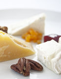 乳酪和坚果板材 免版税图库摄影
