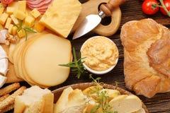 乳酪和开胃菜的各种各样的类型自助餐被设置的 免版税库存照片