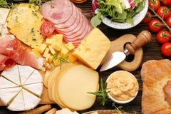 乳酪和开胃菜的各种各样的类型自助餐被设置的 免版税库存图片