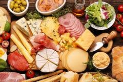 乳酪和开胃菜的各种各样的类型板被设置的 免版税库存图片