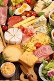 乳酪和开胃菜的各种各样的类型板被设置的 库存照片