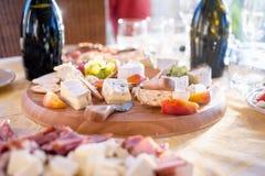 乳酪和果子作为开胃菜在庆祝酒会 免版税库存照片