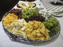 乳酪和果子党盛肉盘 免版税库存图片