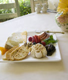 乳酪和果子开胃菜板材 免版税图库摄影