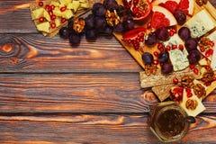 乳酪和果子快餐在顶视图 免版税库存图片