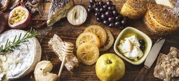 乳酪和果子配对盛肉盘  免版税库存照片