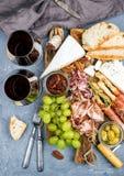 乳酪和肉开胃菜选择或酒快餐集合 乳酪,蒜味咸腊肠,熏火腿,面包条,长方形宝石品种  免版税库存照片