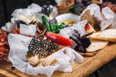 乳酪和肉开胃菜选择 不同的种类蒜味咸腊肠和乳酪 图库摄影