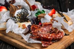 乳酪和肉开胃菜选择 不同的种类蒜味咸腊肠和乳酪 库存照片