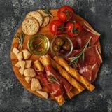 乳酪和肉开胃菜选择 熏火腿,巴马干酪 免版税库存照片