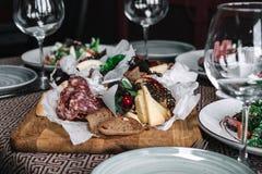 乳酪和肉开胃菜选择 免版税库存照片