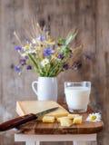 乳酪和花在一个土气样式 免版税库存照片