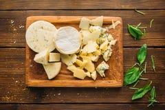 乳酪和草本在木桌特写镜头,没人 免版税图库摄影