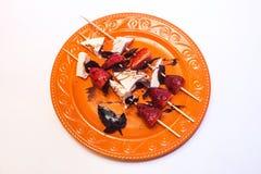 乳酪和草莓开胃菜串 免版税库存照片