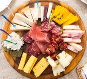 乳酪和蒜味咸腊肠板材  库存图片