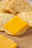 乳酪和薄脆饼干开胃菜 库存照片