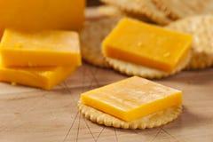 乳酪和薄脆饼干开胃菜 免版税库存图片