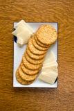乳酪和薄脆饼干板材 库存照片