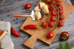 乳酪和西红柿在一个木板 免版税库存图片