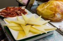 乳酪和jamon两块板材  免版税库存图片