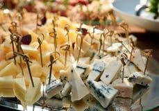 乳酪品种在宴会桌上的 免版税图库摄影
