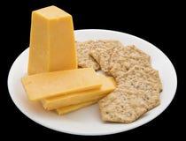 乳酪圆的薄脆饼干板材被隔绝的黑色 库存照片