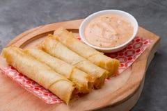 乳酪在土气ba滚动板材用在一块木板材供食的开胃用沙司 免版税图库摄影