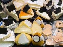 乳酪在组装和散装在柜台的 免版税库存照片