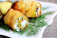 乳酪夏南瓜卷 烤夏南瓜卷充塞用酸奶干酪和草本在板材 欢乐素食开胃菜 免版税库存照片