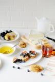 乳酪多士和茶早餐 免版税库存图片