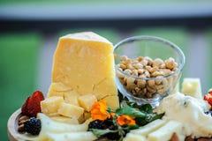乳酪巴马干酪、胡说的腰果、草莓和黑莓 库存照片