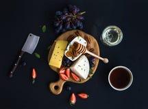 乳酪开胃菜选择或酒快餐集合 乳酪,葡萄,山核桃果品种  图库摄影