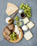 乳酪开胃菜选择或酒快餐集合 意大利乳酪、绿色葡萄、面包切片和蜂蜜品种在圆 库存图片