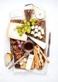 乳酪开胃菜集合 乳酪、蜂蜜、葡萄、梨、坚果和面包grissini棍子的各种各样的类型在土气木 库存照片